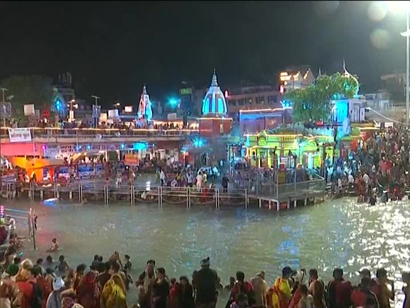 LIVE: सोमवती अमावस्या पर कुंभ का पहला शाही स्नान, देखिए हर की पौड़ी की तस्वीरें