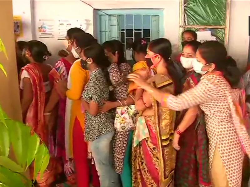 बंगाल: 45 सीटों के लिए मतदान जारी, महिला वोटर्स की लंबी कतारें