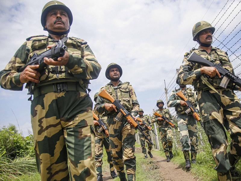 जम्मू-कश्मीर में 24 घंटों में पाक की गोलाबारी में 5 जवान शहीद, सीमा पर हाई अलर्ट