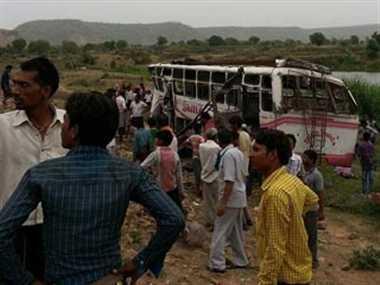 पार्वती नदी में गिरी यात्री बस, 40 घायल, 1 महिला की मौत