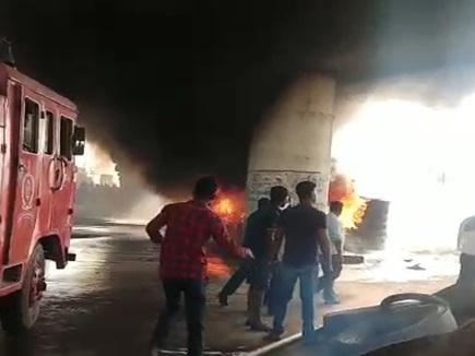 VIDEO: बिलासपुर के तिफरा इलाके में टायर के ढेर में लगी आग