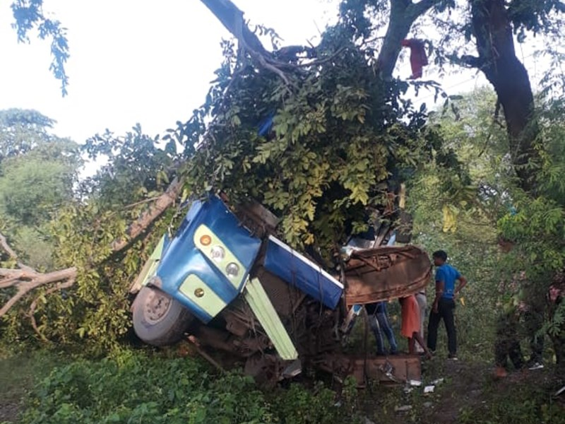 जगदलपुर से रायपुर जा रही बस धमतरी में पलटी, कई यात्री घायल