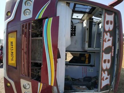 Bus Accident : सेंधवा के करीब पलटी बस, कई यात्री हुए घायल