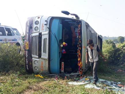 भोपाल से टीकमगढ़ जा रही बस पलटी, एक दर्जन यात्री घायल