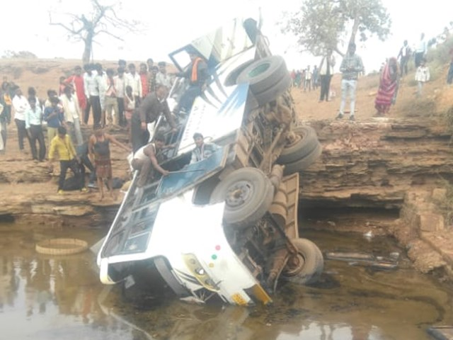 Damoah जिले में बस पुल से गिरी, एक यात्री की मौत, 18 घायल