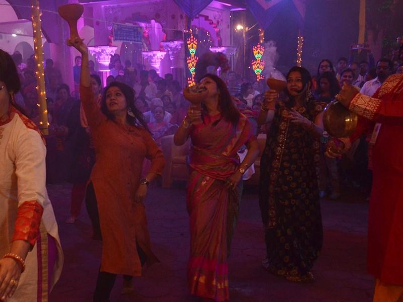 VIDEO : इंदौर के बंगाली क्लब में धुनुची नृत्य से हुई माता की आराधना