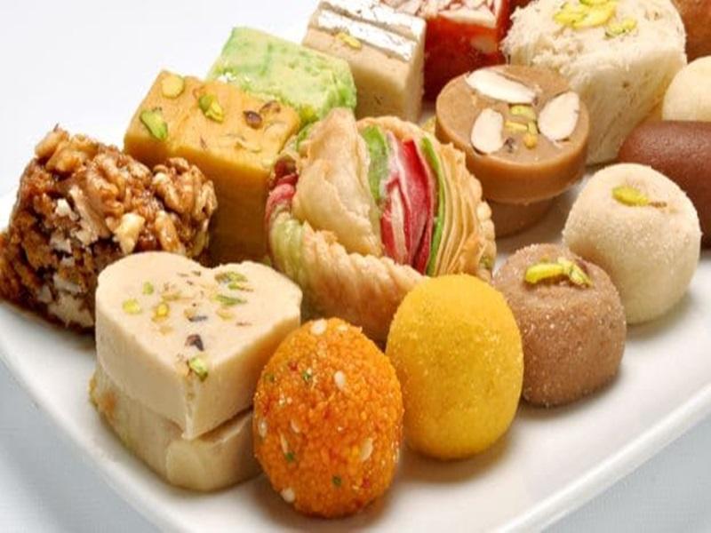 रायपुर में आई दिल्ली की मिठाई, बंगाल, राजस्थान और यूपी के हलवाई की मांग