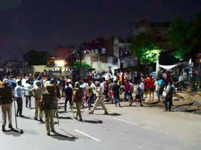 Jaipur: ईदगाह में तनाव, उपद्रवियों ने 10 वाहनों में लगा दी आग, 30 से ज्यादा घायल