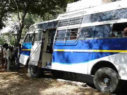 यात्रियों से भरी बस पेड़ से टकराई, आठ घायल
