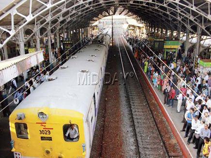 मुंबई के बांद्रा स्टेशन पर तकनीकी खामी से थमी लोकल, यात्री परेशान