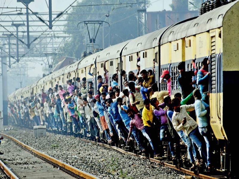 मुंबई की रफ्तार पर लगा ब्रेक, सिग्नल की वजह से ठप्प रही  Western Railway लाइन