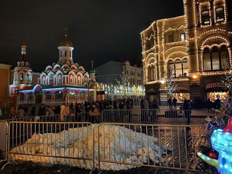 रूस में हर साल हटवाना पड़ती थी सड़कों पर जमी बर्फ, इस बार नए साल के जश्न के लिए डाली आर्टिफिशियल बर्फ