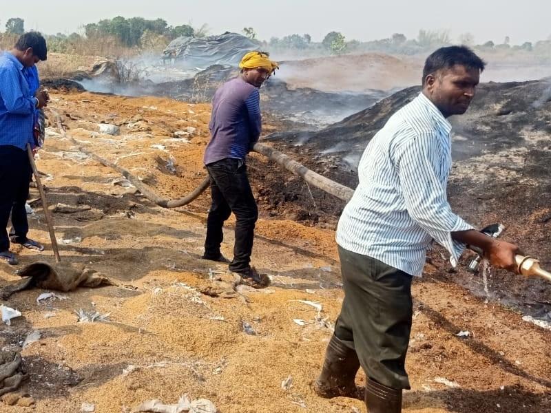 Crime News: मुंगेली के गितपुरी धान संग्रहण केंद्र में लगी आग, 25 हजार क्विंटल से ज्यादा धान जला