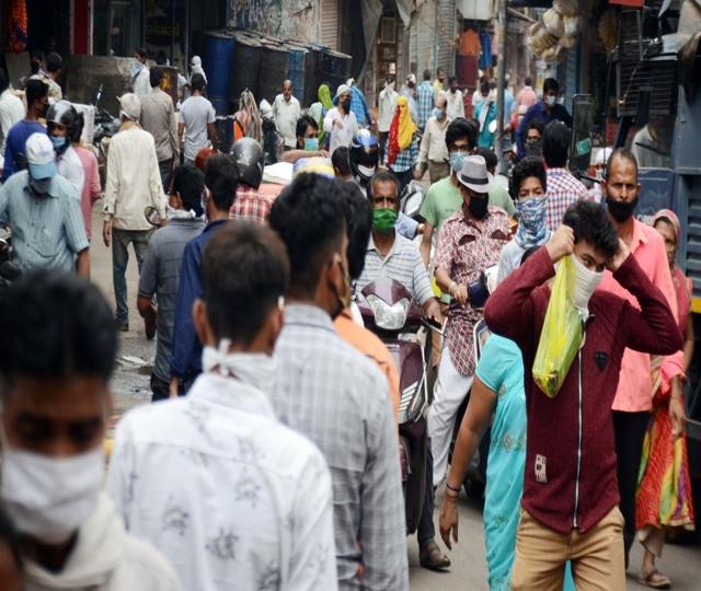 बाजार में उमड़ी भीड़