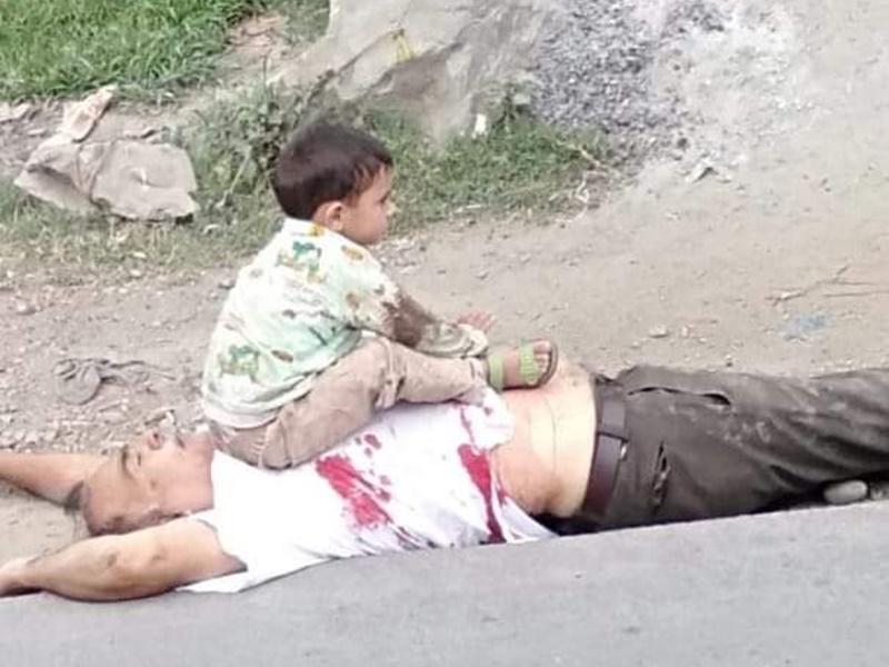 आतंकी हमले मौत के बाद पिता की लाश पर बैठा था मासूम, सेना ने बचाया, देखें तस्वीरें