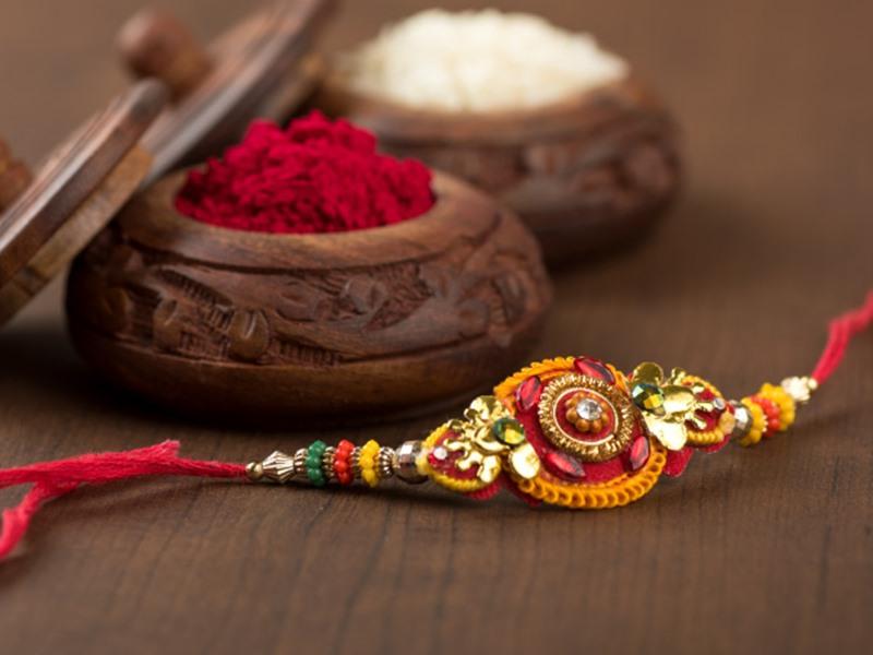 Raksha Bandhan 2020: भूलकर भी भाई कलाई पर ना बांधे ऐसी राखी, मानी जाती है अशुभ