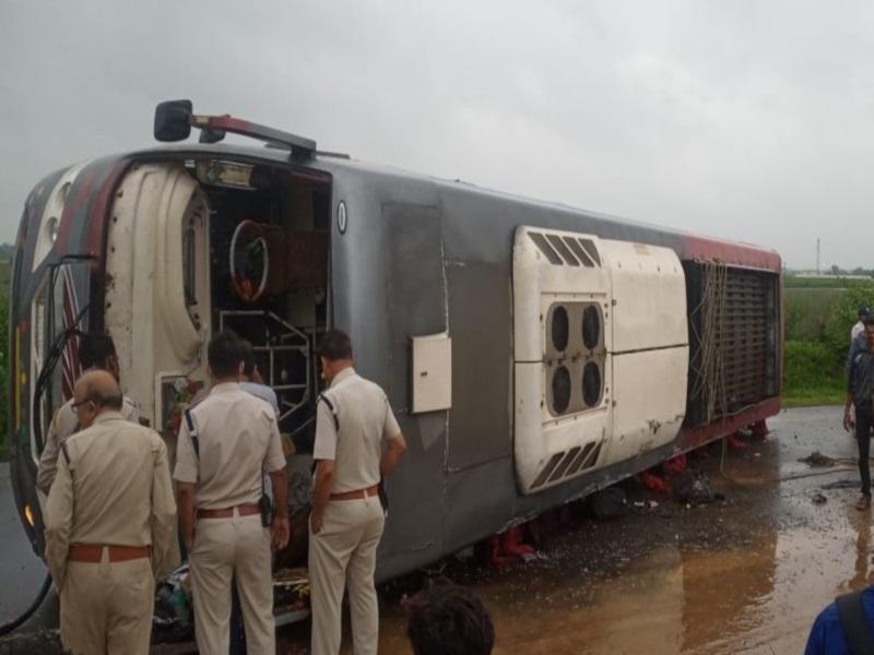 Bus Accident in Vidisha: इंदौर से जबलपुर जा रही बस विदिशा के पास नेशनल हाइवे पर पलटी, 14 यात्री घायल, एक का पैर कटा