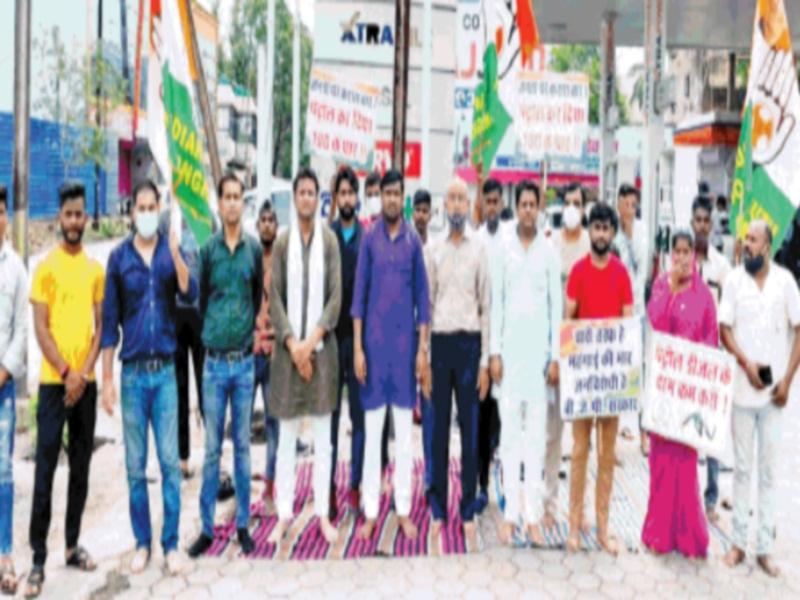 Gwalior Political News: पेट्रोल-डीजल की महंगाई के विरोध में 16 पेट्रोल पंपों पर कांग्रेस ने दिया धरना