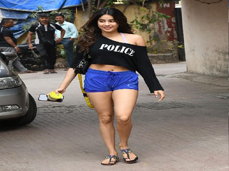 Janhvi Kapoor ने शॉर्ट्स ड्रेस पहन सोशल मीडिया पर लगाई आग, स्किनफिट कपड़े में फ्लॉन्ट की टोन्ड बॉडी