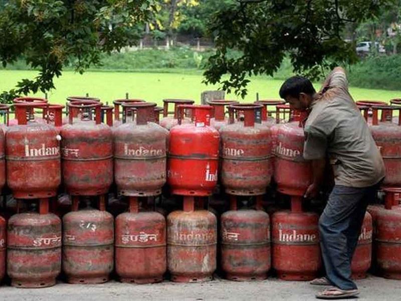 LPG Cylinder Price: अच्छी खबर, घरेलू रसोई गैस सिलेंडर के दाम में बदलाव नहीं, जानिए कितना महंगा हुआ 19KG सिलेंडर