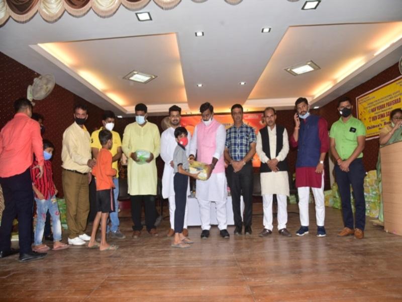 Bhopal News: नवयुवक परिषद ने गांधीनगर में गरीब बच्चों को बांटी शिक्षण सामग्री