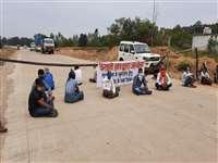 Ambikapur News: बीच सड़क हड़ताल पर बैठे निजी बसों के कर्मचारी, कर रहे यह मांग