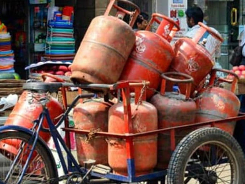 LPG Prices Dec 2020: सस्ता हुआ 19 KG रसोई गैस सिलेंडर, 14.2KG सिलेंडर के दाम में बदलाव नहीं