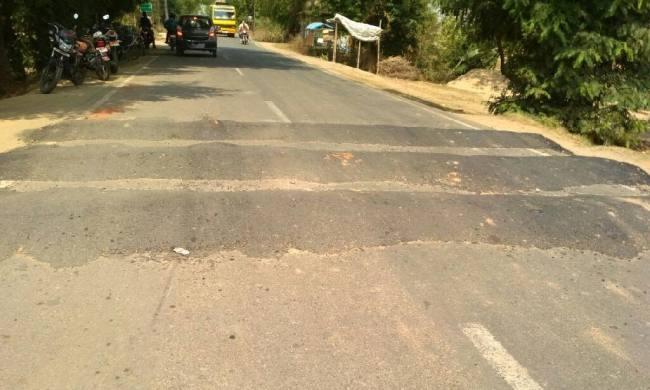 जबलपुर की सड़कों में बने मनमाने स्पीड ब्रेकर, दे रहे कंधों को चोट