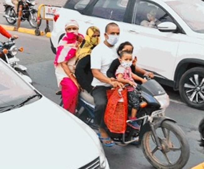 बाइक पर सवार पूरा परिवार