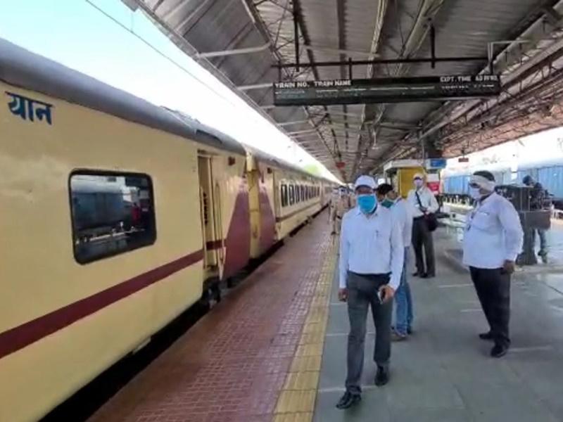 Bilaspur News: पहले ही दिन देरी से पहुंचीं दोनों ट्रेनें, जनरल कोच में भी रिजर्वेशन लेकर रवाना हुए यात्री