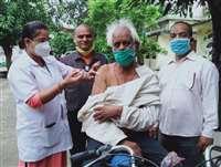 गाड़ी से नहीं उतर सके बुजुर्ग तो मौके पर टीका लगाने पहुंची कार्यकर्ताएं