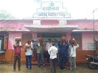 श्योपुरः पंचायतकर्मियों ने मटका फोड़ कर किया विरोध प्रदर्शन