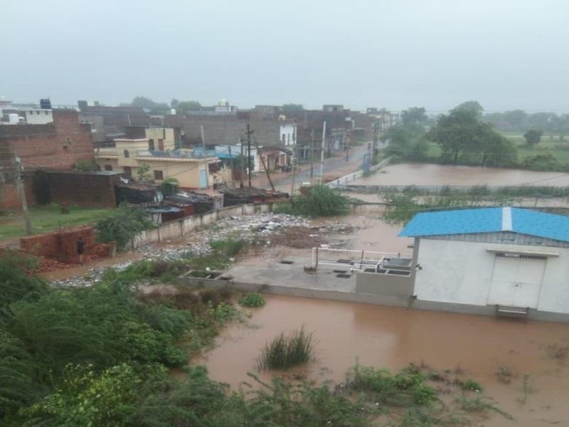 Heavy Rain in Datia: भारी बारिश के कारण ढही पुलिस लाइन की दीवार, सिंध नदी के जलस्तल पर अफसराें की निगाह