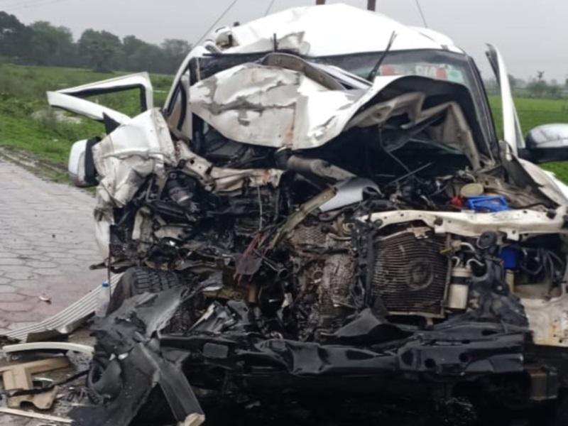 राजगढ़ में युवक को रौंदते हुए कंटेनर से टकराई कार, 2 की मौत, 3 घायल