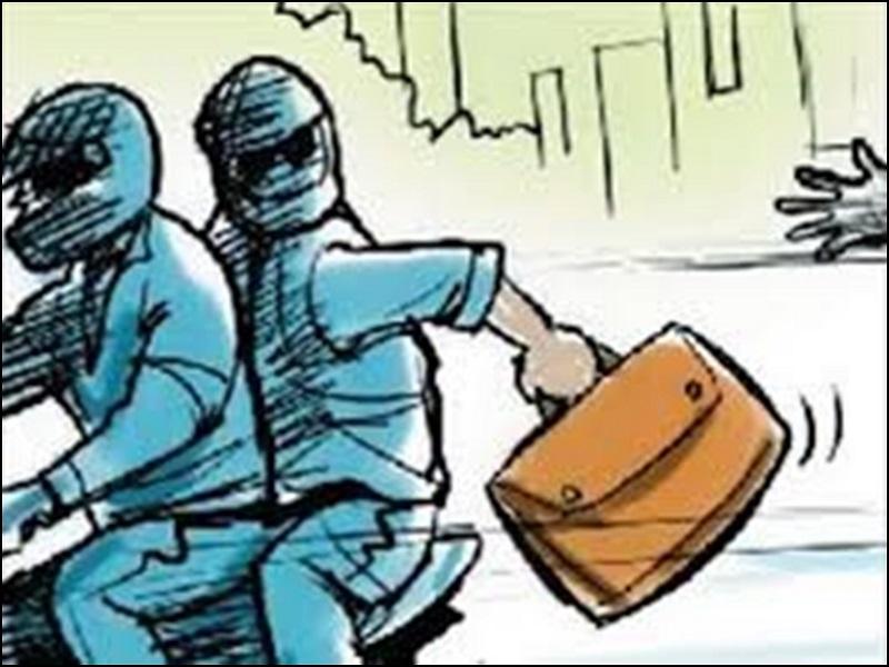 Video Robbery Incident: रायपुर में दिनदहाड़े पेट्रोल पंप कर्मचारी से लूट की वारदात