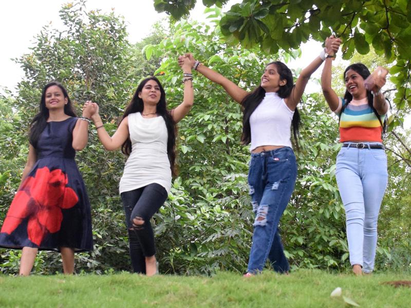 Friendship Day 2021: रायपुर में फ्रेंडशिप डे पर खूब निभाई यारियां, बैंड बांधकर यार मिले गले