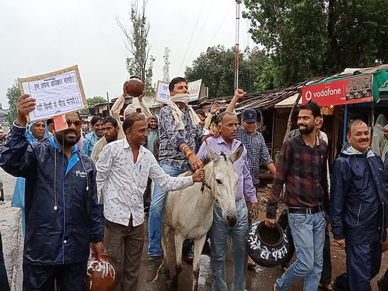 Vidisha News: गधे पर बैठे पंचायत कर्मचारी, काले मटके लेकर निकाला जुलूस