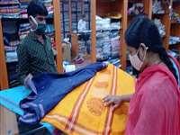 Rakshabandhan and Teeja: छत्तीसगढ़ में अब महिलाएं भी पसंद कर रही राशि प्रिंटेड साड़ी
