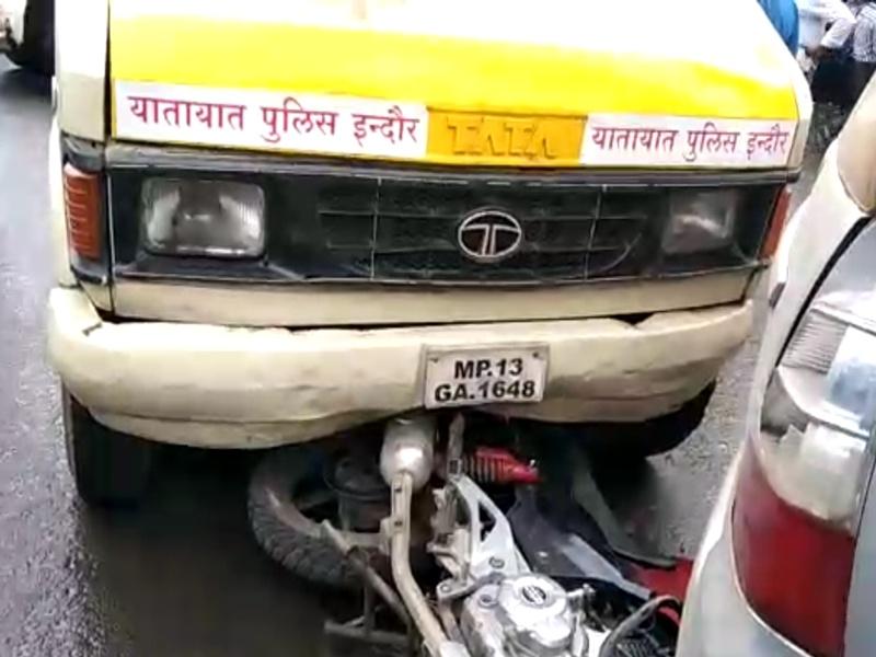 Accident In Indore: यातायात पुलिस की क्रेन ने बाइक सवार दंपती को टक्कर मारी