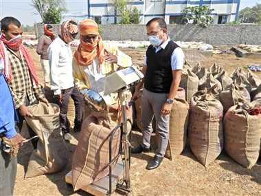 बालोद में कलेक्टर ने विभिन्ना धान खरीदी केंद्रों का किया निरीक्षण