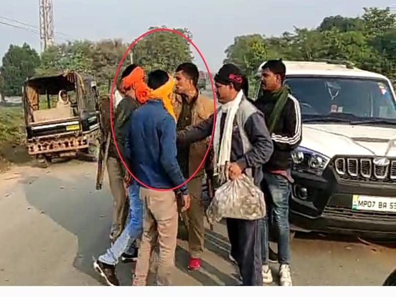 Madhya Pradesh News: भिंड में रेत से भरे ट्रैक्टर रोके, आरक्षक को चांटा मारा, बंदूक छीनने की कोशिश