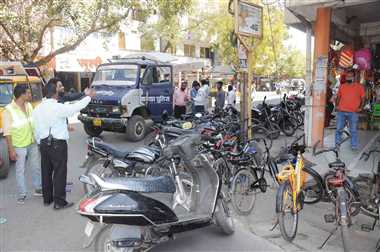 यातायात पुलिस ने जब्त किए बीच सड़क पर खड़े वाहन