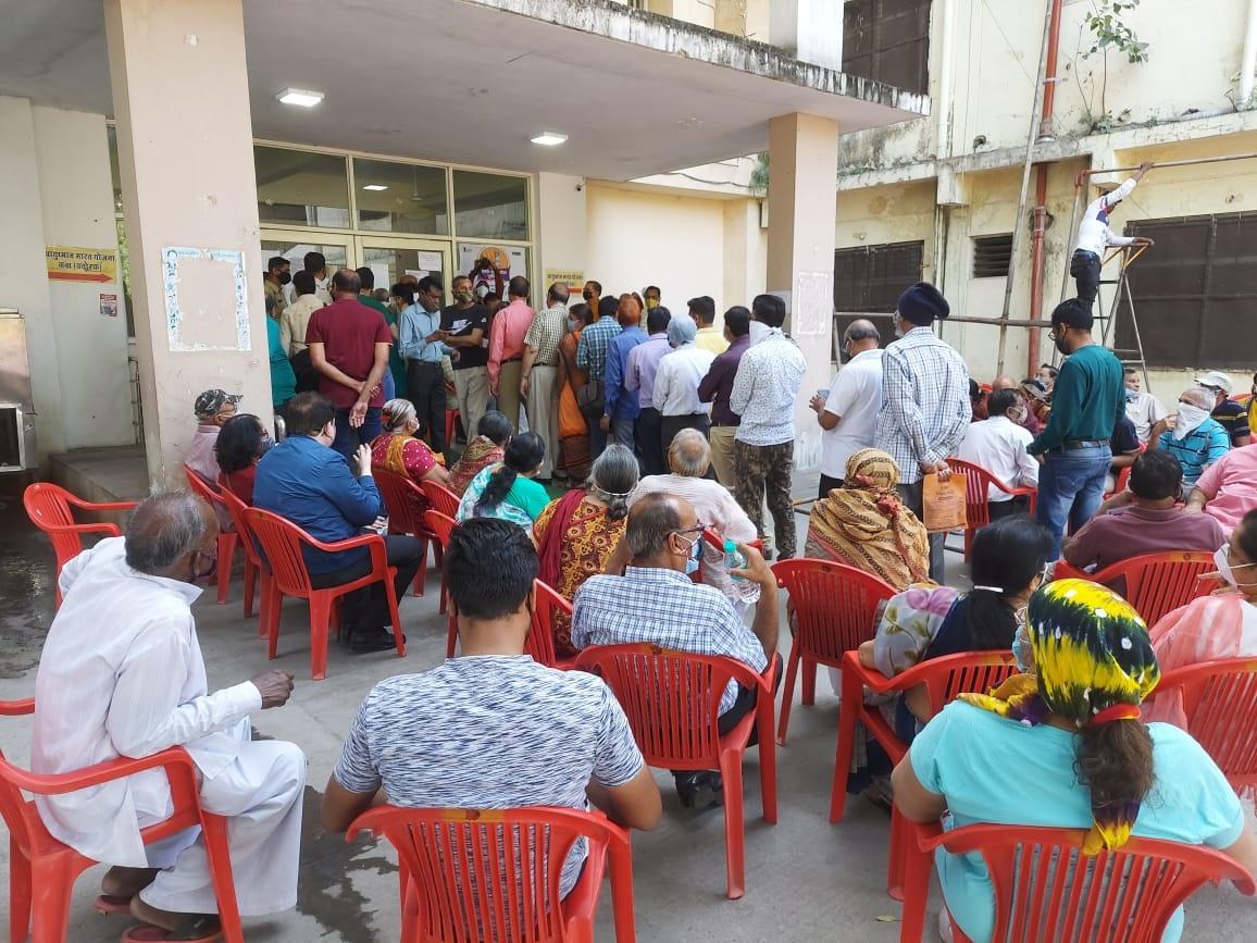 covid Vaccination Indore:  निजी अस्पतालों में टीके के लिए शुल्क लगने से सरकारी अस्पतालों में पहुंची बुजुर्गो की भीड़