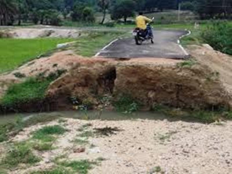 Chhattisgarh news : लॉकडाउन के बीच जारी है नक्सलियों का उत्पात, 41 जगह काटी सड़क