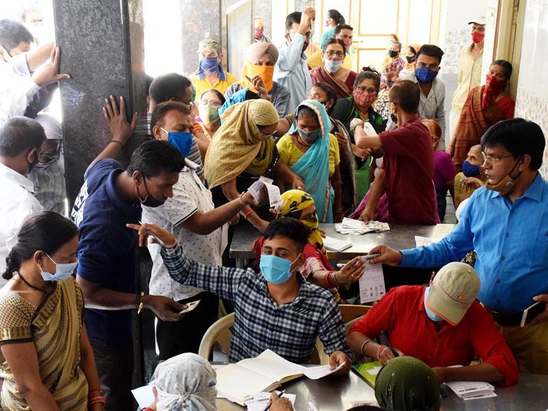 Corona vaccine in chhattisgarh: टीकाकरण केंद्रों में शारीरिक दूरी का पालन नहीं