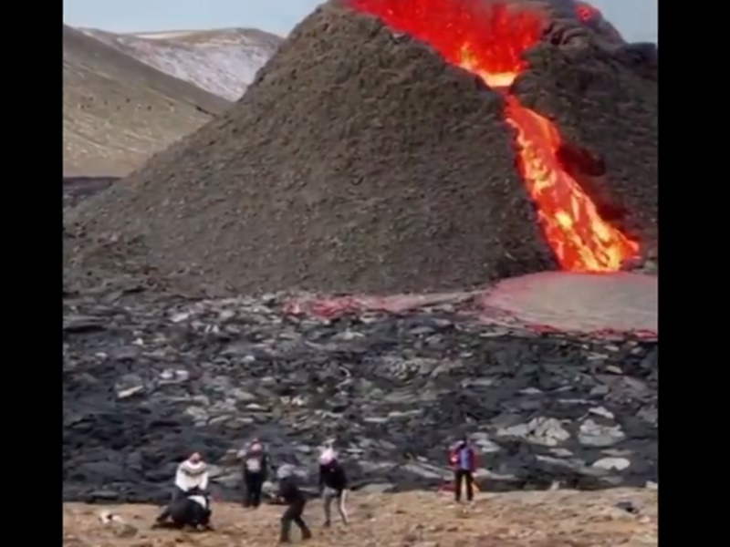 VIDEO: लावा उगल रहा था धधकता ज्वालामुखी, लड़के पास में बेखौफ खेल रहे थे वॉलीबॉल