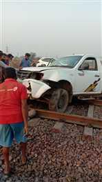 आलू—प्याज से भरी पिकअप गर्डर तोड़कर रेलवे ट्रैक पर चढ़ी