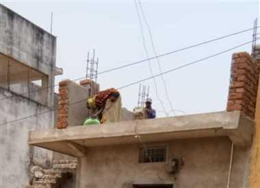 लाकडाउन में भी कई स्थानों पर चल रहा मकान निर्माण कार्य