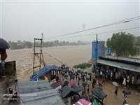 Road traffic affected due to heavy rains in Gwalior: माेहना में पार्वती उफान पर, आगरा-मुंबई हाइवे बंद, दाेनाें तरफ लगा जाम