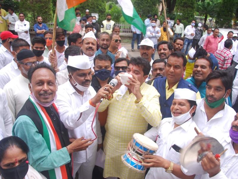 Congress Demonstration Indore: मनमाने बिलों और भ्रष्टाचार पर कांग्रेस का प्रदर्शन, अधिकारी के सामने लगाए भ्रष्टाचार के आरोप